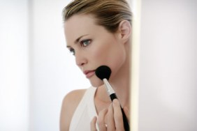 woman-putting-on-make-up